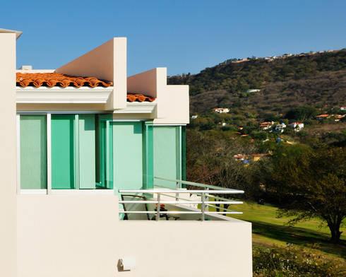 fachada de cristal: Casas de estilo moderno por Excelencia en Diseño