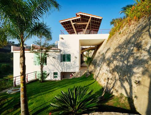 fachada natural: Garajes de estilo moderno por Excelencia en Diseño