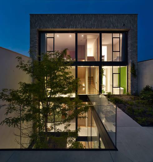 de woning vanaf het dakterras:  Huizen door office winhov