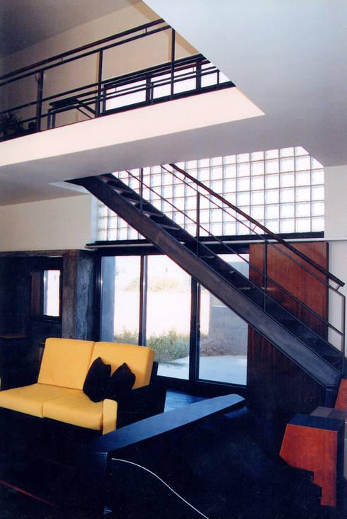 Salas / recibidores de estilo  por ATELIER DA CIDADE