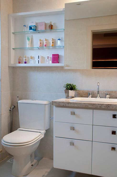 Suíte Casal Apartamento 2: Banheiros modernos por Angela Ognibeni Arquitetura e Interiores