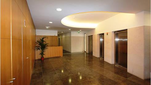 Edifício de Habitação | Lapa | Lisboa: Corredores e halls de entrada  por ATELIER DA CIDADE