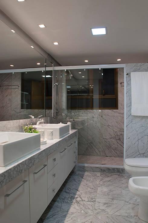 Angela Ognibeni Arquitetura e Interioresが手掛けた浴室