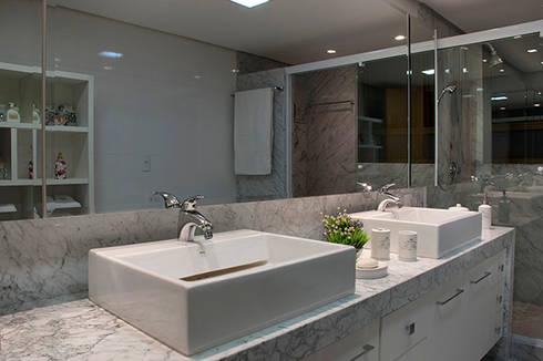 Banho Suíte Casal Apartamento 1: Banheiros modernos por Angela Ognibeni Arquitetura e Interiores