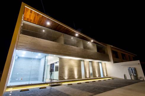 PRO-MEDICA: Casas de estilo minimalista por Estudio Tresuncuarto