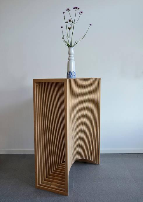 Latten bijzetmeubel met 2x radius: moderne Woonkamer door meubelmakerij mertens