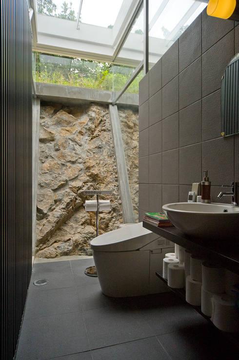 ねこハウス: sngDESIGNが手掛けた浴室です。