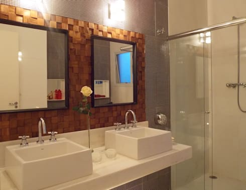 Banho suíte - Painel de teca e espelhos: Banheiros modernos por Lúcia Vale Interiores
