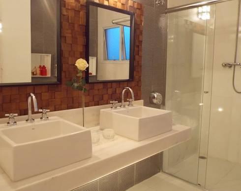 Bancada e box: Banheiros modernos por Lúcia Vale Interiores