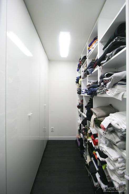 아내가 꿈꾸는 공간, 다이닝룸과 드레스룸이 예쁜 32py : 홍예디자인의  드레스 룸
