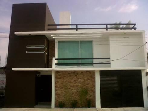 Fachadas: Casas de estilo minimalista por La Casa del DiseÑo