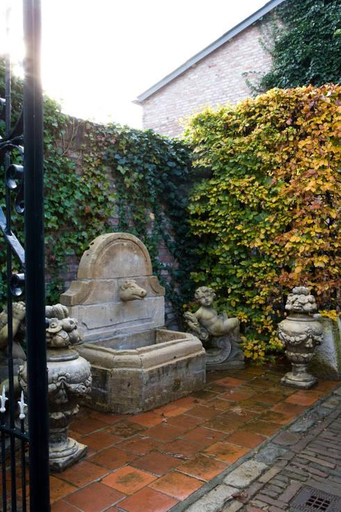 Jardines de estilo rural por 't Achterhuis Historische Bouwmaterialen BV