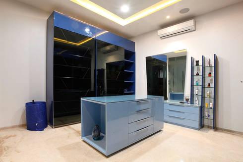 NEMI VILLA: modern Dressing room by INNERSPACE