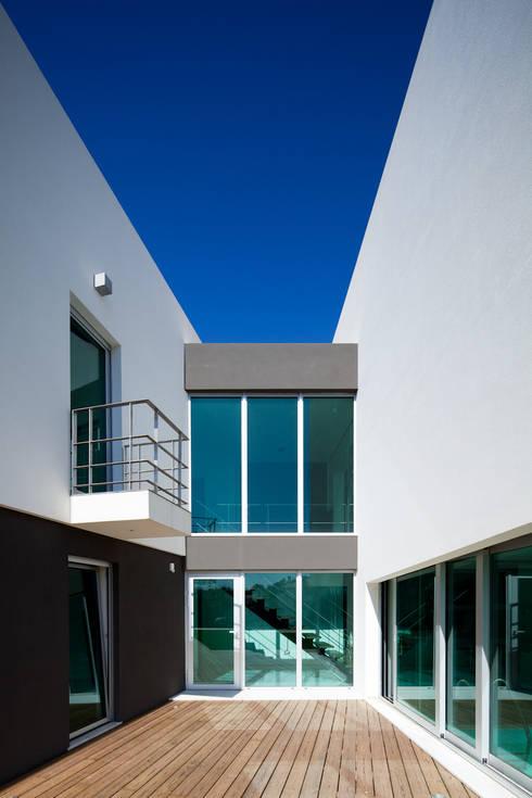 Godiva House: Casas modernas por Empty Space architecture
