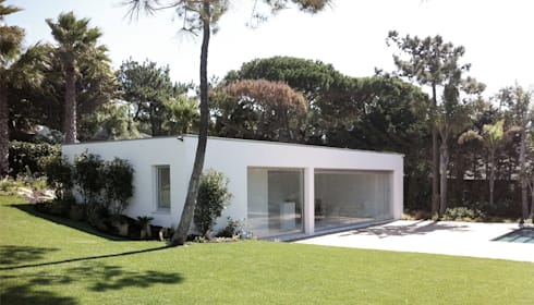 Qta. da Marinha | Apoio de Piscina  : Piscinas modernas por MARQA - Mello Arquitetos Associados