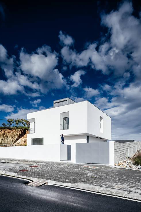 Casa Lote 31: Casas modernas por ADOFF - Arquitetos