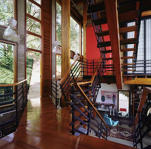 Casa Vila Del Rey: Corredores e halls de entrada  por Vazio S/A