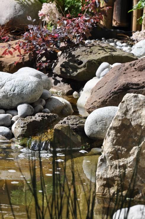 Rivière pour jardin japonais. Rocher sculpté à la main.: Jardin de style de style Asiatique par Taffin