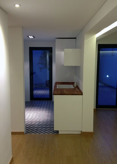 Flat finished (view from the corridor to the Kitchen and Living room):   por Roberto Mulassano