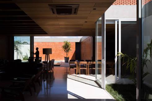 Casa Malva, Bloco Arquitetos: Salas de estar modernas por Joana França