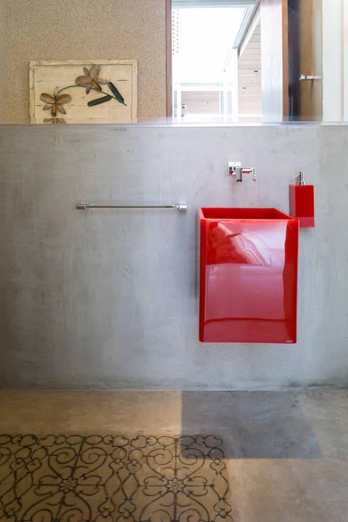 Casa Malva, Bloco Arquitetos: Banheiros modernos por Joana França
