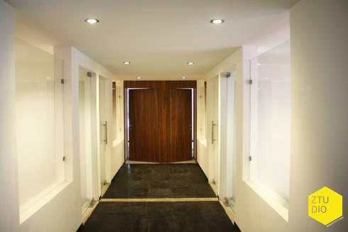 Pasillo central sala de firmas : Pasillos y recibidores de estilo  por ZTUDIO-ARQUITECTURA