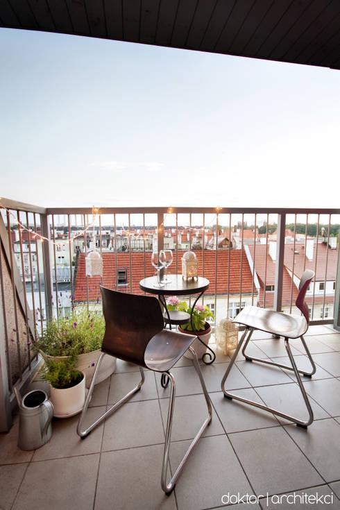 MIESZKANIE 'PONAD DACHAMI' - balkon (little Paris in Wroclaw): styl , w kategorii Taras zaprojektowany przez DOKTOR ARCHITEKCI