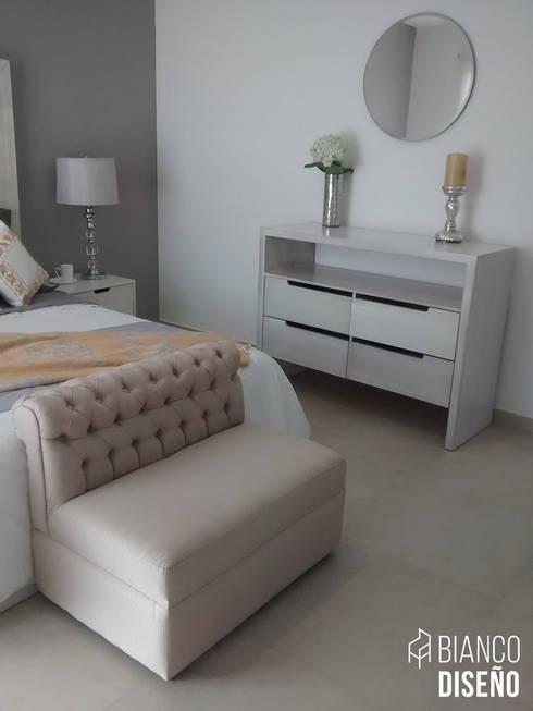 Muebles complemento (Pie de cama): Recámaras de estilo moderno por Bianco  Diseño