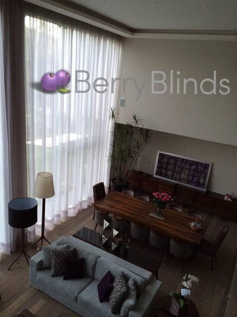 CORTINA EXTRA GRANDE PARA SALA DE TECHOS ALTOS: Hogar de estilo  por BERRY BLINDS INTERIORISMO
