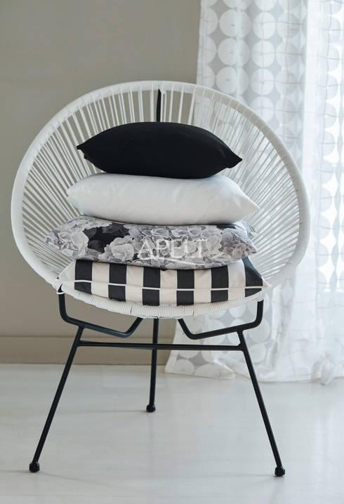 Kissen schwarz - weiß: moderne Wohnzimmer von homify
