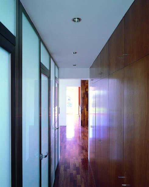 Transformación de cobertizo en vivienda: Baños de estilo minimalista de MARTIN MARTIN ARQUITECTOS