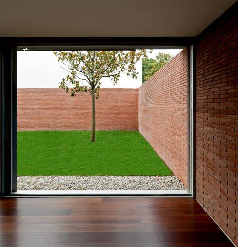 Jardim: Jardins minimalistas por MANUEL CORREIA FERNANDES, ARQUITECTO E ASSOCIADOS