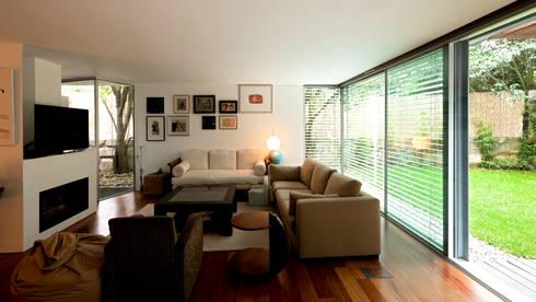 Sala de estar: Salas de estar minimalistas por MANUEL CORREIA FERNANDES, ARQUITECTO E ASSOCIADOS