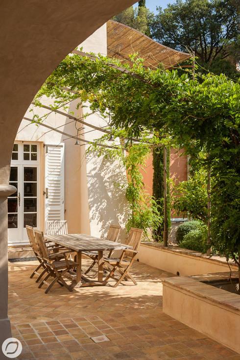 JARDIN DE VILLE - SAINTE-MAXIME: Terrasse de style  par PASSAGE CITRON