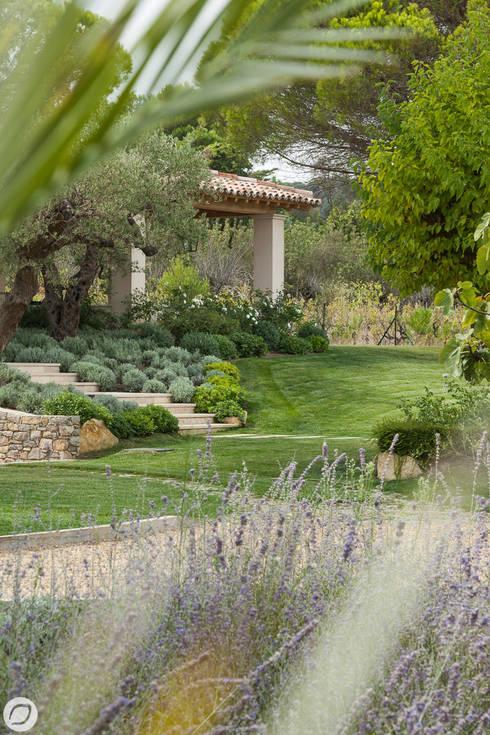 Jardin - Ramatuelle: Jardin de style de style Méditerranéen par PASSAGE CITRON