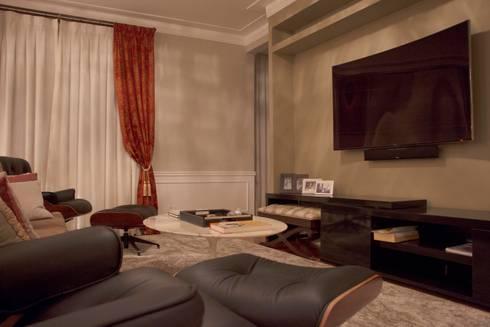 Espaço Home Theater: Salas de estar clássicas por MONICA SPADA DURANTE ARQUITETURA