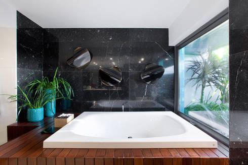 Casa de banho master suite: Casas de banho minimalistas por GAVINHO Architecture & Interiors