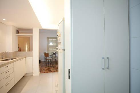 Apartamento A&A - Cozinha:   por Kali Arquitetura
