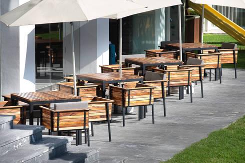 Mesas / exterior: Balcones y terrazas de estilo moderno por diesco