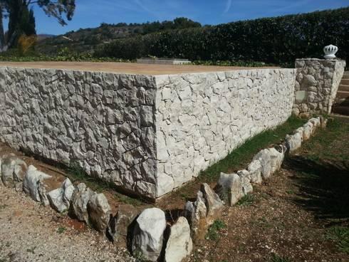 Pedras Decorativas: Casas rústicas por RenoBuild Algarve