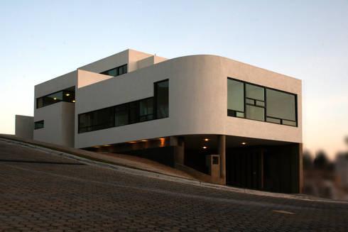 casa de la colina: Casas de estilo moderno por wrkarquitectura