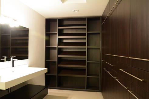 san martinito: Vestidores y closets de estilo moderno por wrkarquitectura