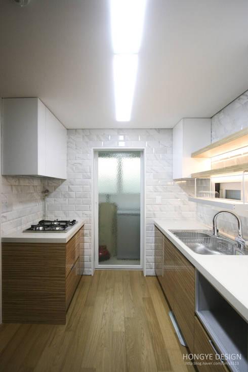 방안에 숨은책방, 작지만 효율적인 주택인테리어_26py: 홍예디자인의  주방