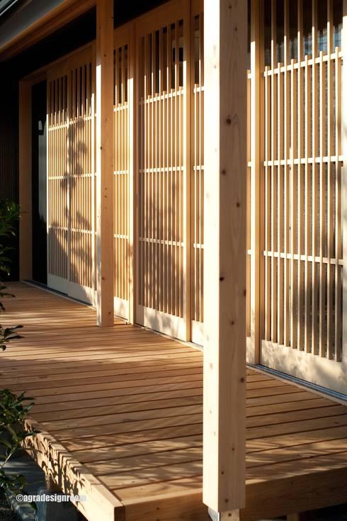 ヒバの格子戸  Las puertas de celosías de Hiba. (Hiba es un tipo de ciprés japonés.): アグラ設計室一級建築士事務所 agra design roomが手掛けたバルコニー&ベランダ&テラスです。