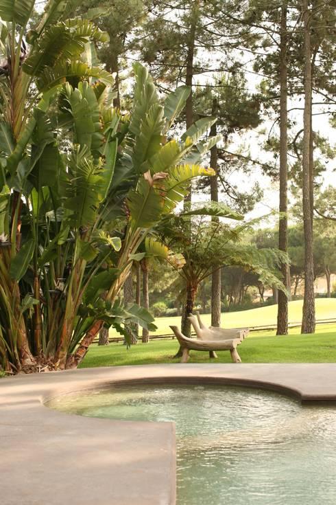 CASA . Quinta do lago: Jardins ecléticos por COISAS DA TERRA