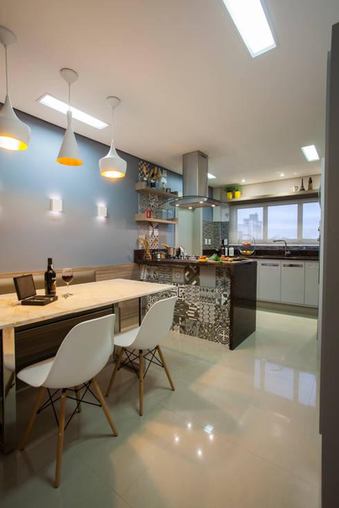 Cozinha apto em Itajaí - SC: Cozinhas modernas por Estúdio HL - Arquitetura e Interiores