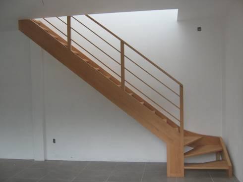 escalera de haya 1/4 de vuelta izq: Pasillos y recibidores de estilo  por L atelier