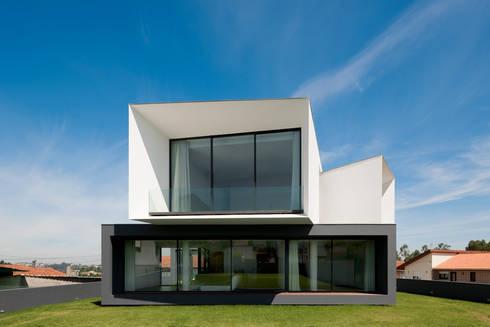 Casa S. Roque: Casas minimalistas por Urban Core