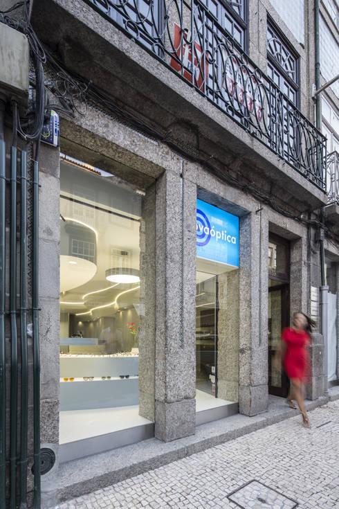 Novaoptica – Guimarães: Escritórios e Espaços de trabalho  por Tsou Arquitectos