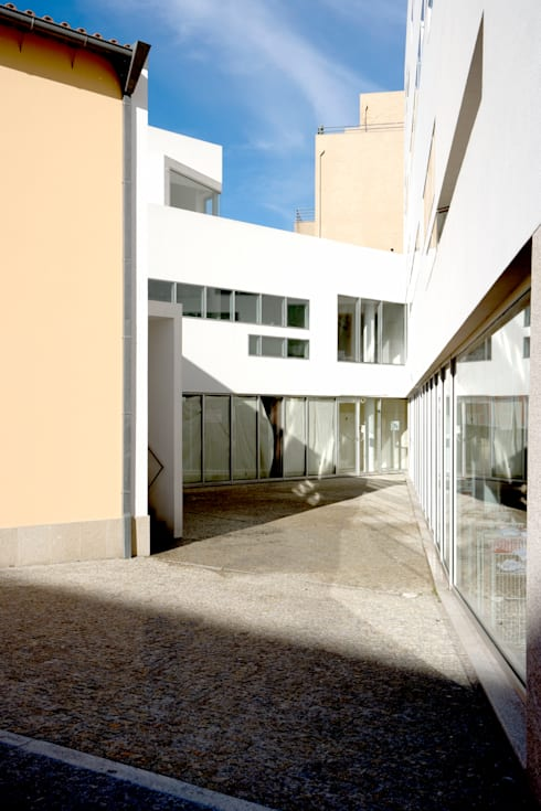 Entrada: Casas modernas por MANUEL CORREIA FERNANDES, ARQUITECTO E ASSOCIADOS